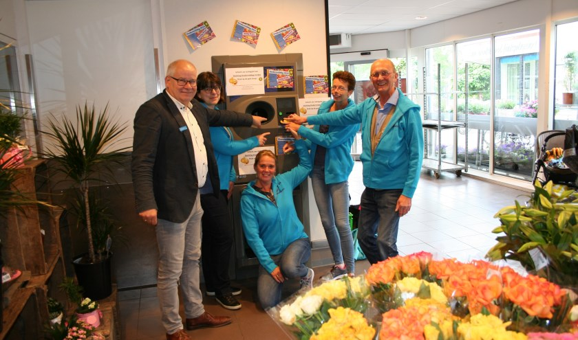 Wilbert Grotenhuys en het bestuur van Stichting Huttenbouwdagen Vorden. Foto: PR