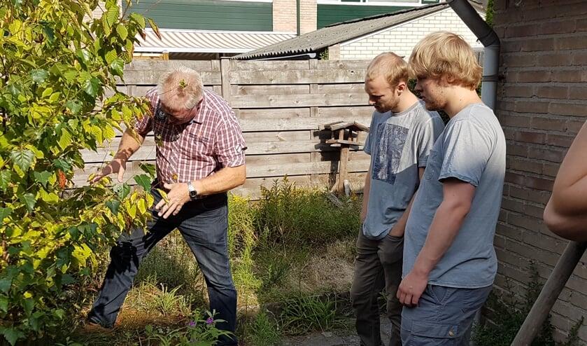 Jan Bent van Wenninkhof geeft de jongeren aanwijzingen. Foto: PR