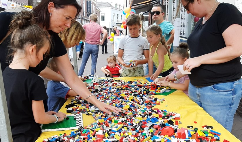 Kinderen en ouders bouwen samen met Lego. Foto: Eva Schipper