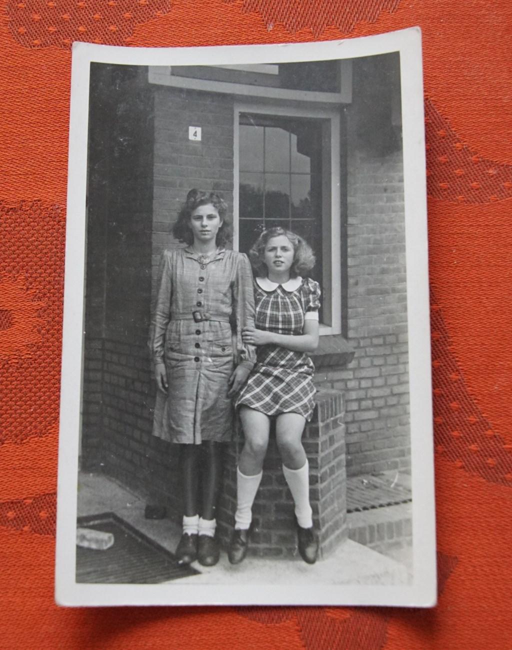 De twee vriendinnen Joke (links) en Lien op een foto waarvan het jaartal niet precies bekend. De foto is in elk geval uit de tijd van de Tweede Wereldoorlog. Foto van een foto: Frank Vinkenvleugel  © Achterhoek Nieuws b.v.