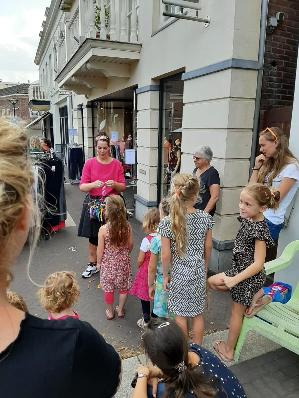 Kinderen staan in rij voor een ballon van Lonnie Ballonnie. Foto: Eva Schipper  © Achterhoek Nieuws b.v.