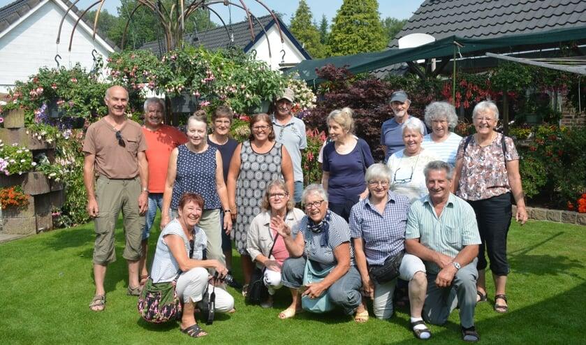 Een groep Zwitserse liefhebbers van de 'Schweizeriche Fuchsienverein' keken hun ogen uit in de tuin. Foto: PR