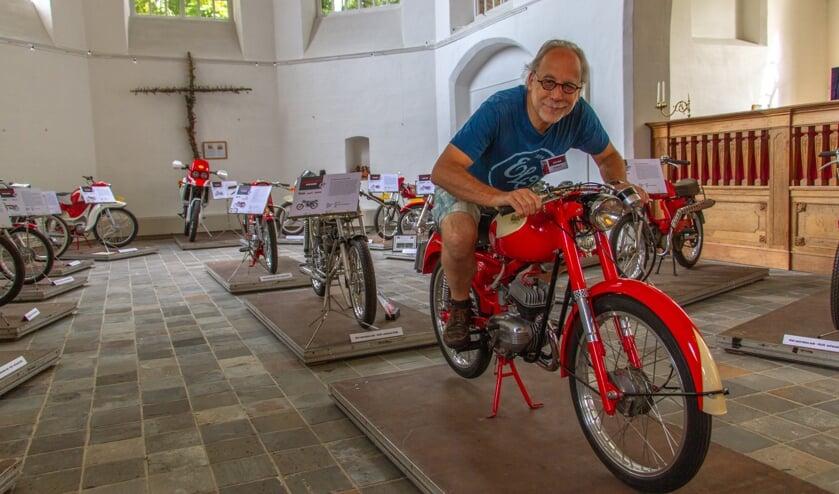 Initiatiefnemer van 'Brommers Kieken in de Karke' Jan Bijvank in de Steenderense Remigiuskerk op een oude Itom. Foto: Liesbeth Spaansen