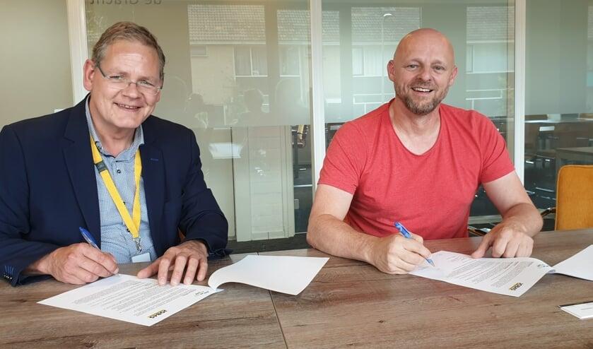 Herman Roord en Eddy Verschuren bekrachtigen de samenwerking met het tekenen van de overeenkomst. Foto: PR