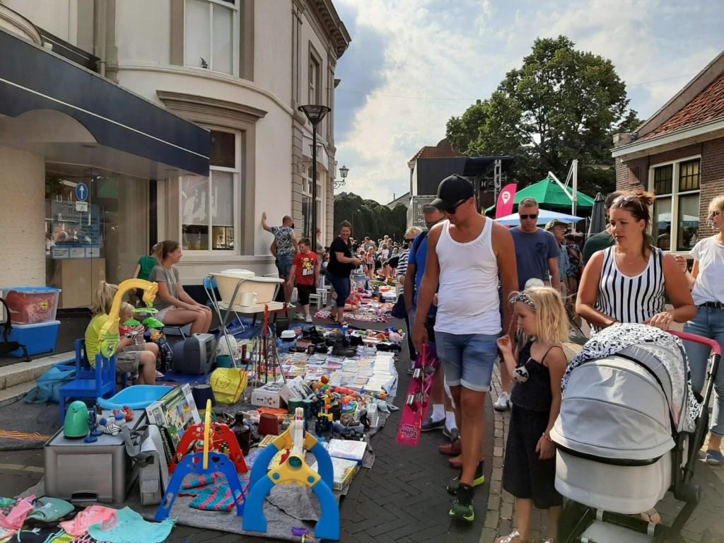 Een drukke kinderrommelmarkt. Foto: Eva Schipper  © Achterhoek Nieuws b.v.