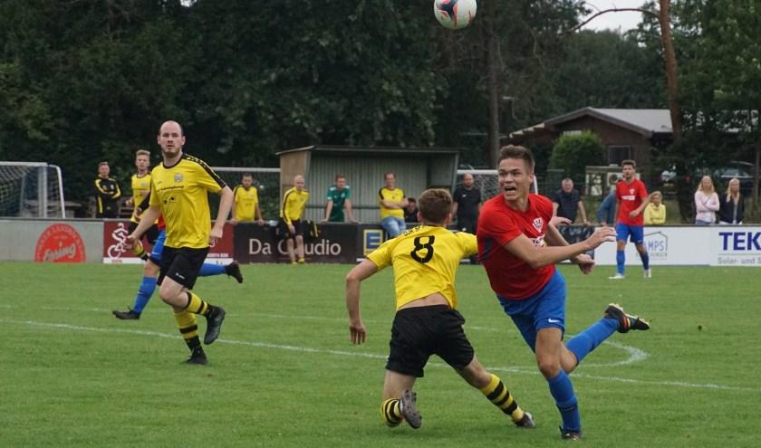 DJK Lowick 2 tegen DJK Rhede 4 (rood shirt) moest worden beslist met penalty's. Foto: Frank Vinkenvleugel