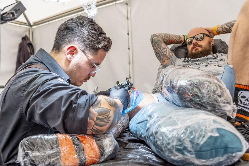 Een tattoo erbij op Huntenpop 2019. Foto: Henk van Raaij Foto: Henk van Raaij © Achterhoek Nieuws b.v.