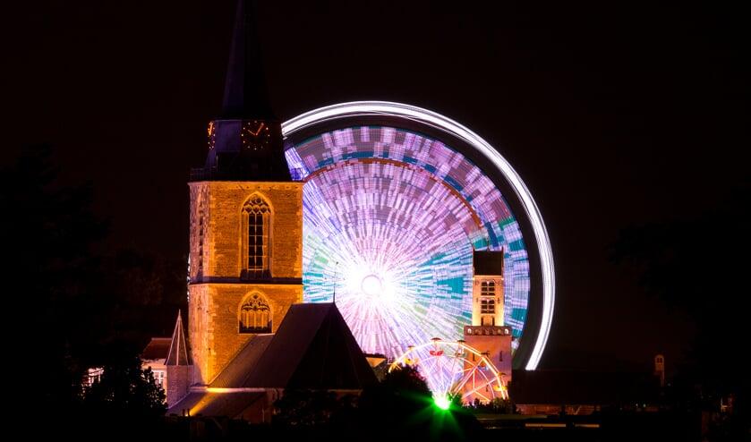 De Booster Maxxx, één van de spectaculaire attracties, levert bij avond een fraai plaatje op. Foto: Bjorn ter Beest