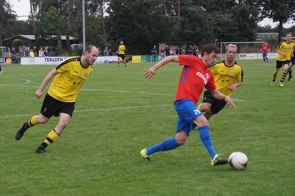 DJK Lowick 2 tegen DJK Rhede 4 (rood shirt) moest worden beslist met penalty's. Foto: Frank Vinkenvleugel  © Achterhoek Nieuws b.v.