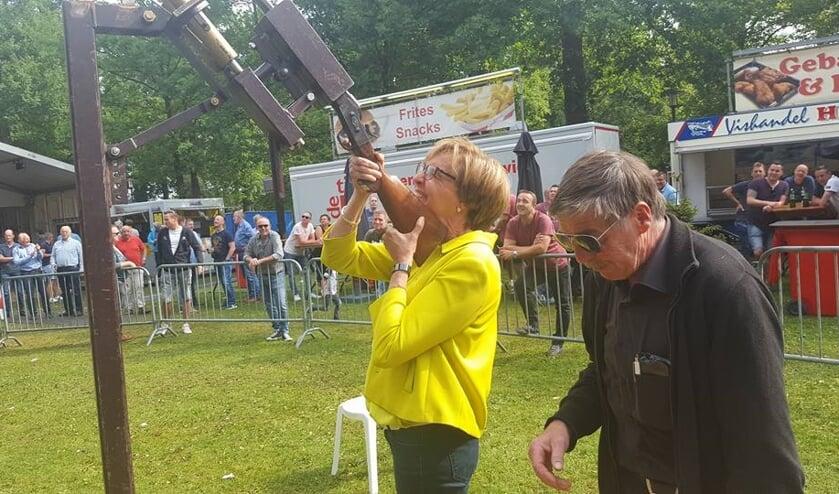 Een Koningin bij het vogelschieten dit jaar? Hier schiet Burgemeester Bronsvoort, uit hoofde van haar functie. Foto: PR