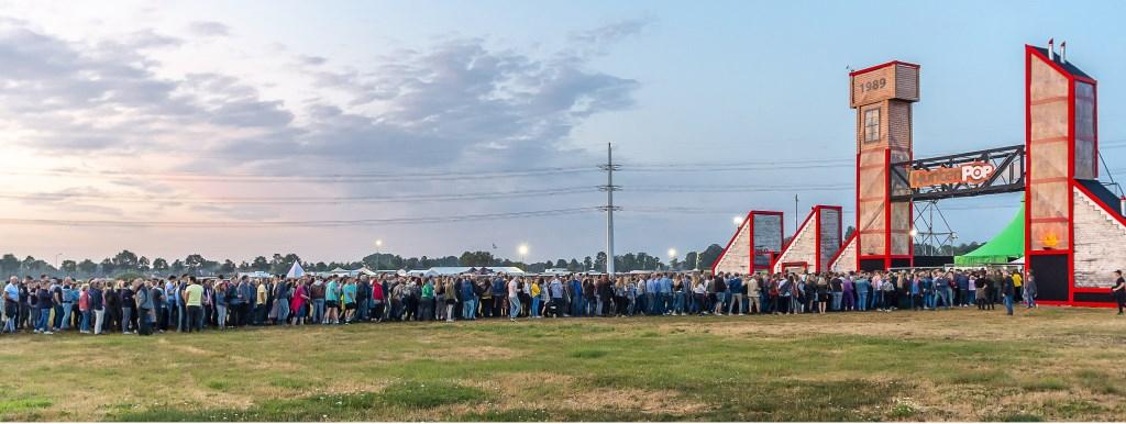Vrijdag, toen het eindelijk opdroogde, kwam het publiek en masse op; gevolg lange rijen voor de entree. Foto: Henk van Raaij Foto: Henk van Raaij © Achterhoek Nieuws b.v.