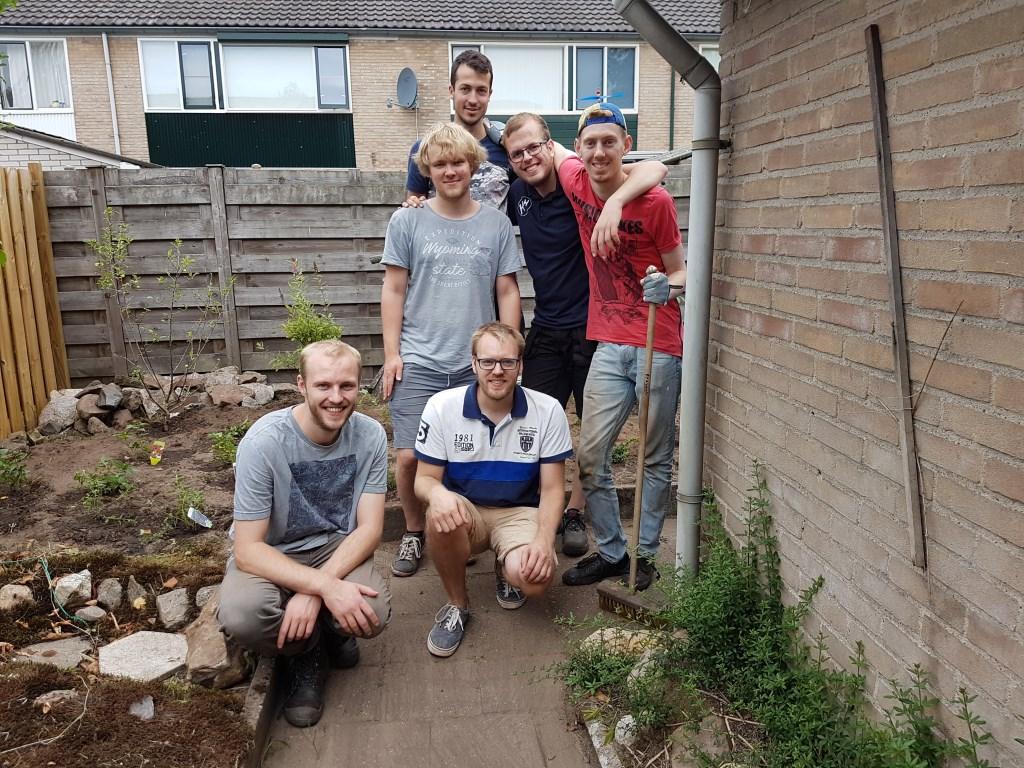Na afloop poseren de jongeren in de opgeknapte tuin. Foto: PR  © Achterhoek Nieuws b.v.