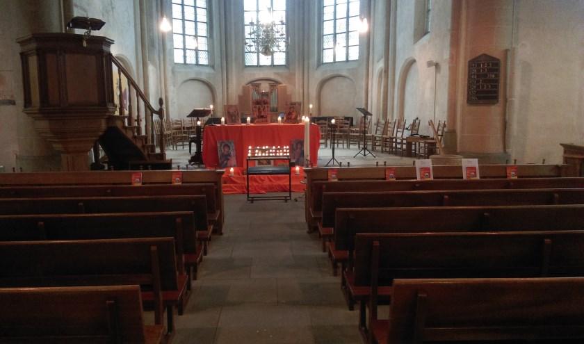 De inrichting van de kerk voor de Taizédienst. Foto: Wim Ruesink