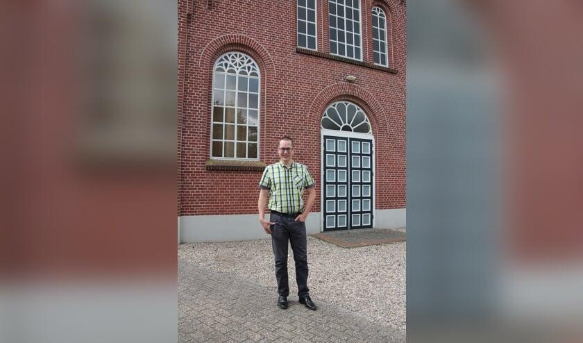 Dominee D.van der Wal voor de kerk aan de Berkenhovestraat. Foto: Lydia ter Welle