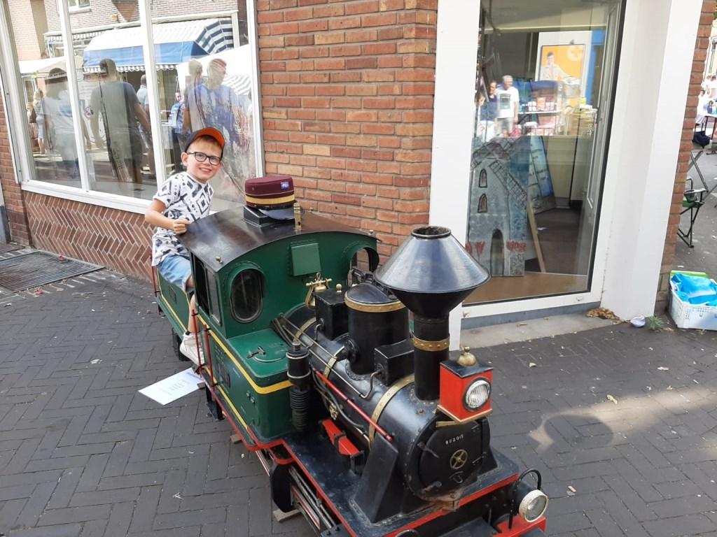 Een jongeman zit verheugd op een treintje. Foto: Eva Schipper  © Achterhoek Nieuws b.v.