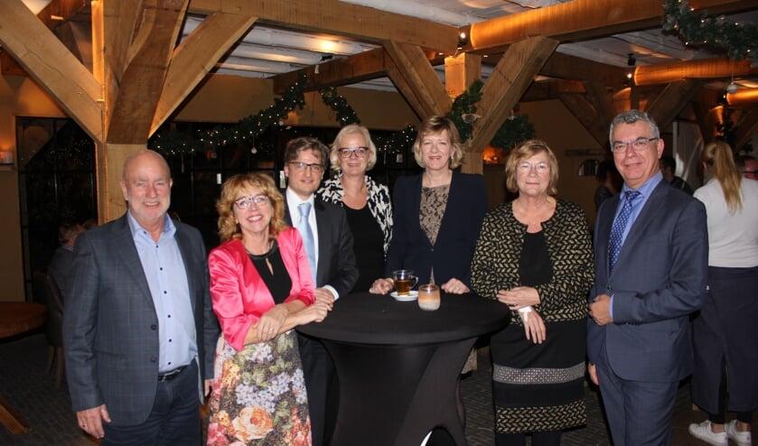 Wethouders Wmo tekenen namens de Regio Alkmaar de inkoopcontracten Wmo 2016. V.l.n.r. J. Mesu (Bergen), A. van de Ven (Alkmaar), A.A. Tromp (Uitgeest), E. Beens (Heiloo), M. Stam (Heerhugowaard), A. Pelzer (Castricum), B. Fintelman (Langedijk).
