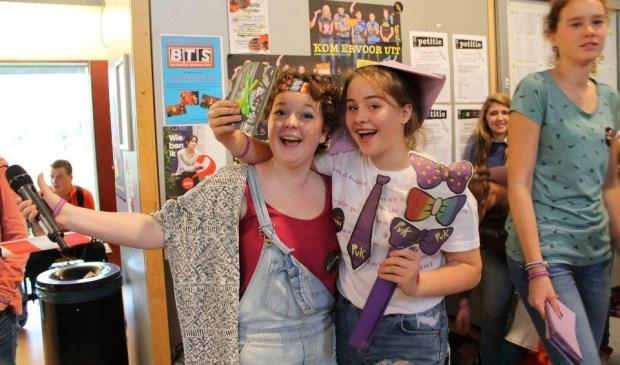 Anouk van Amsterdam (links) naast mooist paars geklede Ella van Gils.
