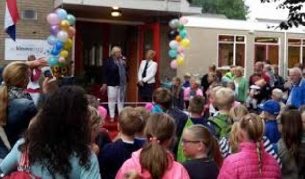 Op deze foto opent Wethouder Hollenberg opent nieuwe gebouw van basisschool het Kleurenorkest (2015)