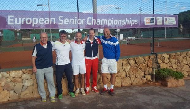Van links naar rechts: Ronald van der Horst (trainer TV De Hout), Roy Boontje (trainer TV Limmen), Huseyin Diktas (trainer TV Het Vennewater), Daniel Meure en Kris Portael (trainer BLTC Blaricum)