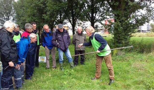 Gastdocent archeoloog Wim Bosman uit Santpoort-Zuid in actie tijdens een buitenexcursie.
