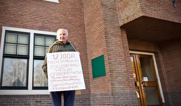 Cees Hachmang voor het gemeentehuis in Heiloo