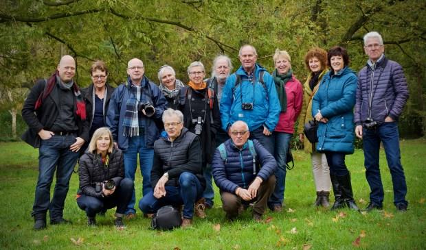 De vrijwilligers die meededen aan de fotografie workshop met in hun midden wethouder Fred Dellemijn