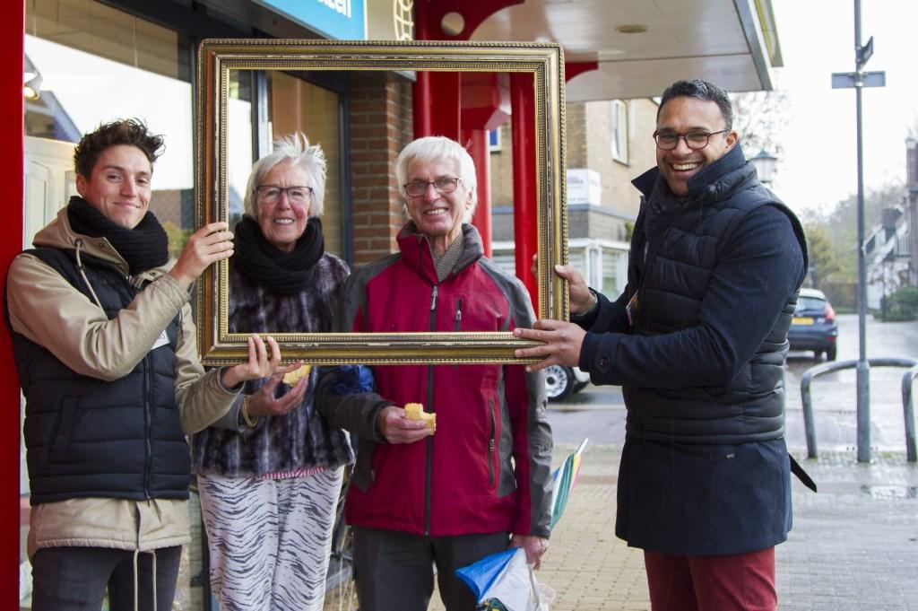 Social Brokers ambassadeurs Dennis Vereijken en Shawn Mahadewsing bedanken voorbijgangers (Foto: Anita Webbe)
