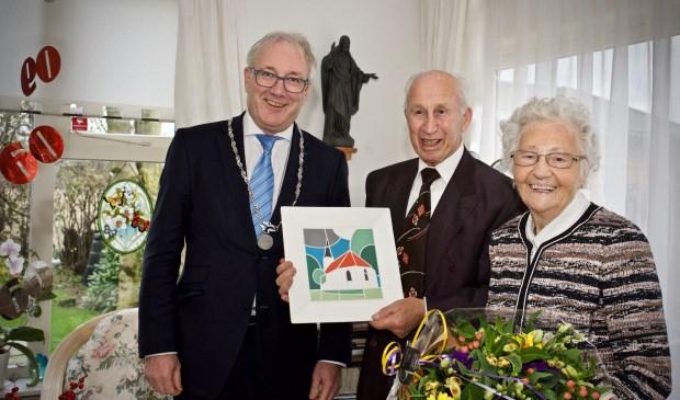 Vlnr. Burgemeester Hans Romeyn, Piet Sombroek en Tiny Sombroek-Zoon