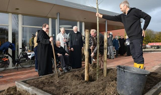 V.l.n.r.: Br. Columba Dechamps, Br. Frans Melkert, Martina Koolwijk, Abt G. Mathijsen, Ton Steenaert en Herman van de Bovenkamp.