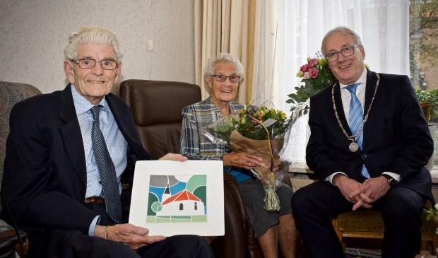 Echtpaar Kuijs-Ligthart en burgemeester Hans Romeyn
