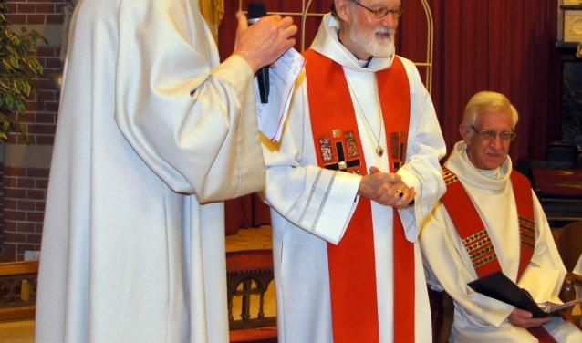 De pastores Johan Olling en Herman Helsloot met tussen hen in deken Moltzer.