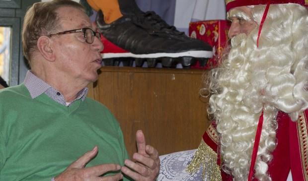 Jan Baaij in gesprek met Sinterklaas bij Geesterheem (Foto: Anita Webbe)