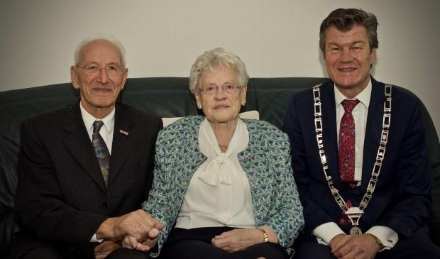 Echtpaar Hollenberg samen met burgemeester Toon Mans