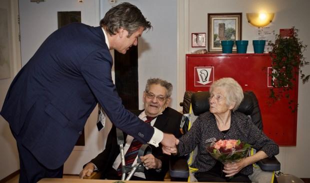 Burgemeester Toon Mans feliciteert Fons en Gré Kok.