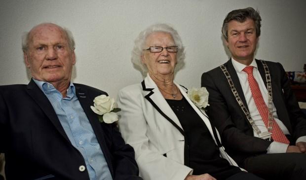 Echtpaar Arjen en Geertje Mulder en burgemeester Toon Mans