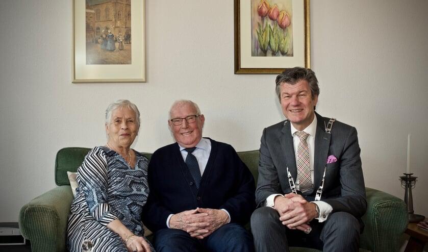 Bruidspaar Jan en Jos Seignette samen met burgemeester Toon Mans. Rechts achter een schilderij met de tulp die door Jan gedoopt is en zijn naam draagt.