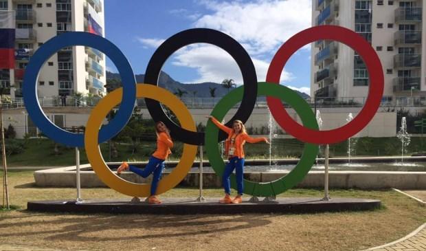 Sven Ootjers traint o.a. Laura en Lisanne de Witte (hier staan de zusjes bij de Olympische ringen in Rio) Foto: archieffoto