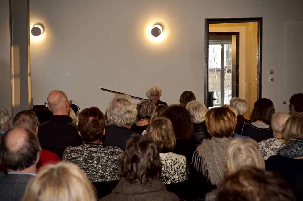 Esther Mossel vertelt haar verhaal in Pakhuis Dekker. Foto: Stip Fotografie  © Uitkijkpost Media B.v.