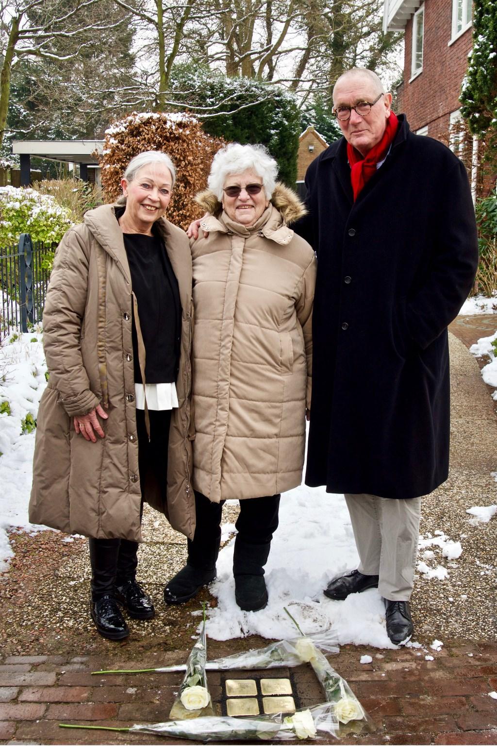 Esther Mossel voor haar geboortehuis en bij de stenen met de huidige bewoners, Annet en Wim Bronsveld. Foto: Stip Fotografie  © Uitkijkpost Media B.v.