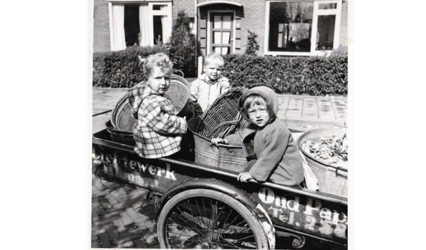 Deze foto, ingestuurd door René Stet, is gekozen tot winnende foto van de Oranjebuurt. Hij zit zelf in het midden van de kar van schillenboer Bos in de Marijkestraat. Links Marco Bruinsel en rechts Aline Bakker.