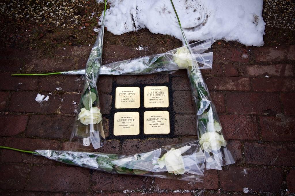 De Stolpersteine zijn ingemetseld en de bloemen zijn gelegd. Foto: Stip Fotografie