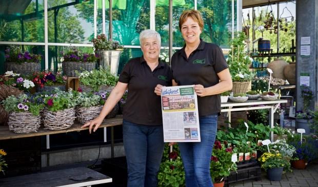 Trudie en Linda met de Uitkijkpost van vandaag