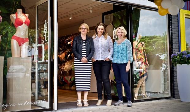 Hilda, Daphne en Miriam voor de vernieuwde winkel