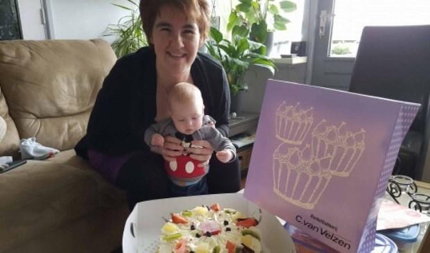 Moeder Netanja en zoon Joey met de heerlijke taart.
