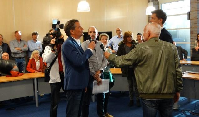 Bart van Hofwegen richt het woord tot wethouder Steeman