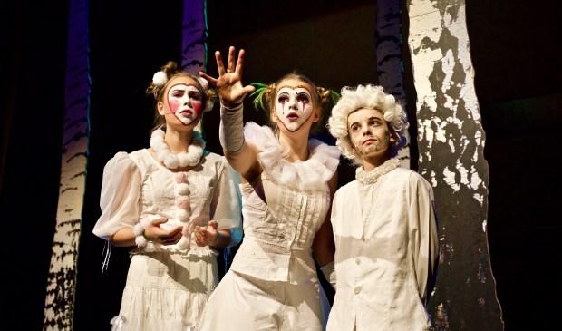 Scène uit 'Midzomernachtsdroom' door Jongerenbende Heiloo in Theater de Beun.