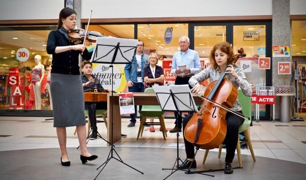 Pop-upp concert in winkelcentrum 't Loo. Vlnr. Polina Krasovskaya (viool) en Daria Zedmskaya (cello)