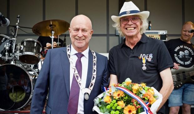 Locoburgemeester Jan Mesu en een overgelukkige Fred Valkering