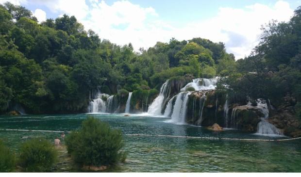 Krka National Park, Skradinski Buk in Kroatië. Een meer met aan het eind schitterende watervallen. In het meer mag ook worden gezwommen.