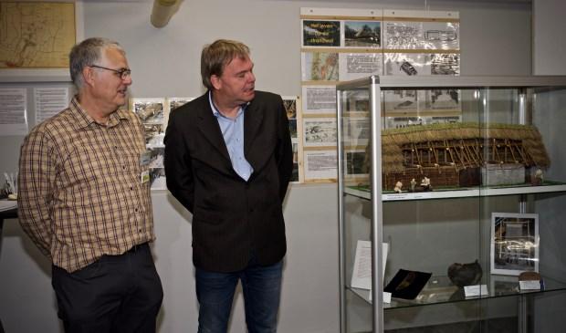Bouwer Jeroen Götz en wethouder Rob Opdam bekijken de maquette